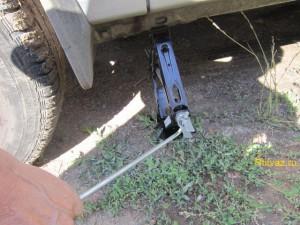 5 replacement of the ball joint 300x225 Замена шаровой опоры и рычага передней подвески